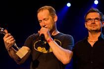 Speciální ocenění předal ředitel hudebních cen Žebřík Jarda Hudec (vpravo) během dvacetileté historie této prestižní ankety například Davidu Kollerovi. Po celou dobu zůstává finálový večer Žebříku věrný Plzni
