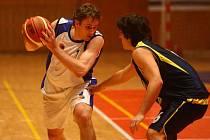 Basketbalisté Lokomotivy Plzeň (na archivním snímku vlevo kapitán Tomáš Kubizňák) dnes hrají na domácí palubovce poslední utkání čtvrtfinálové série play off