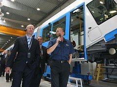 Lídr ČSSD Bohuslav Sobotka (vlevo) navštívil plzeňskou společnost Škoda Transportation. Provozem ho provedl výrobní ředitel Aleš Jedlička (vpravo)