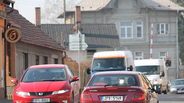 Ranní a odpolední špička znamená pro Chrást dopravu hustou jako málokdy