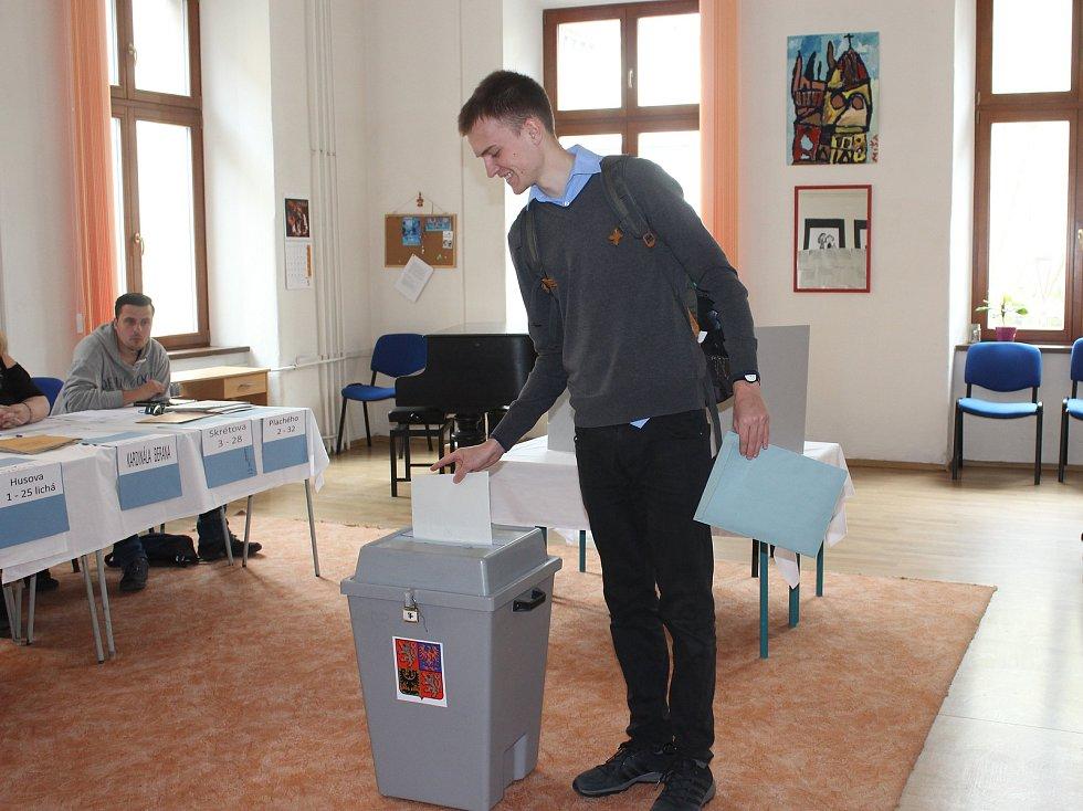První volič na plzeňské konzervatoři vhodil do urny svůj hlas.