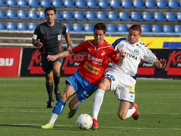 Obranu Liberce zaměstnával v nedělním utkání Gambrinus ligy především záložník domácí Viktorie Milan Petržela (vlevo). Brankově se ovšem  neprosadil, a Plzeň podlehla Slovanu 2:3