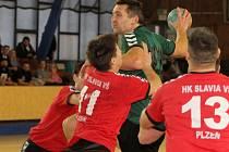 Útok Lokomotivy Plzeň se snaží v městském derby 2. ligy odvrátit Tomáš Moule (číslo 11) z HK Slavia VŠ Plzeň