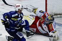 Utkání 33. kola O2 extraligy ledního hokeje mezi celky HC Slavia Praha a HC Plzeň 1929 hrané 13. prosince 2009 v Praze. Brankář Slavie Zdeněk Orct (vpravo) a Tyrel Scofield z Plzně (vlevo).