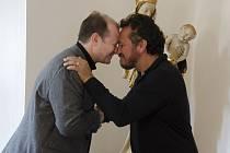 Roman Musil (vlevo), ředitel Západočeské galerie v Plzni, se s  Julianem Arahangem, hercem a režisérem,  pozdravil tradičním maorským pozdravem – třením nosů