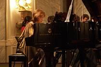 Klavíristka Věra Müllerová spolu s Orchestrem Atlantis pod taktovkou dirigenta Vítězslava Podrazila přednesla v plzeňské Měšťanské besedě světovou premiéru skladby izraelského autora Marka Kopytmana.