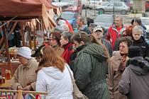 U stánků na sobotním nepomucké farmářském trhu se chvílemi doslova tísnily desítky zákazníků.