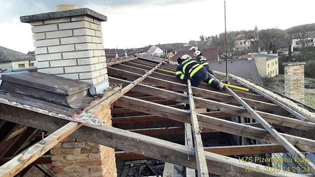V Újezdu u Svatého Kříže strhl vítr eternitovou střechu