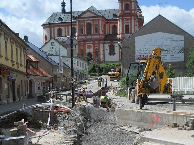 Rekonstrukce kanalizace v silnici I/27 kolem chrámu Nanebevzetí Panny Marie byla největší investiční akcí ve městě