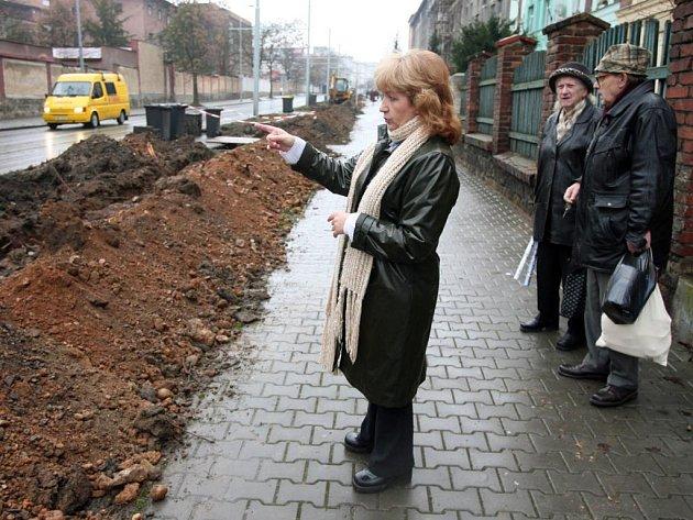 """""""Tady  rostly překrásné sakury. Bylo mi do breku, když jsem zjistila, že je porazili,"""" říká Ludmila Klimperová,  obyvatelka  jednoho z domů v ulici Edvarda Beneše"""