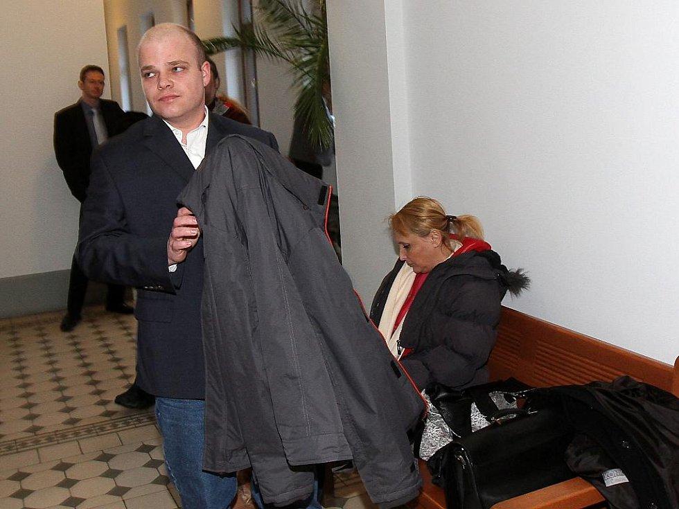 Soud s extremisty, kteří měli házet zápalné lahve na ubytovnu v Aši