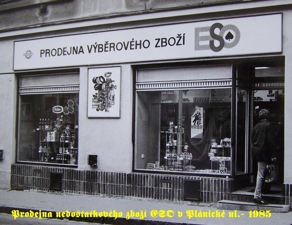 Na snímcích Ivana Rubáše jsou interiér a exteriér prodejny Eso vKlatovech a také článek z tehdejších novin informující o otevření Ex speciálu v Klatovech.
