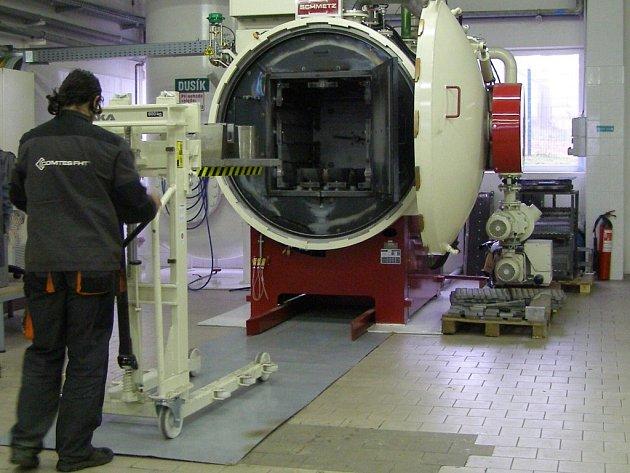 Vkládání materiálu do vakuové pece v nové laboratoři