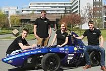 Část týmu. Studenti, již se podíleli na výrobě formule. Zleva Michal Dufek, Tomáš Kalina, Kateřina Kašová a Dennis Štýbr