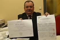 Jan Brázda s doklady o svém studiu
