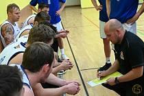 Trenér basketbalistů Plzně Erik Eisman (na snímku vpravo.