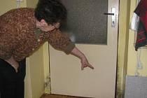 Černé zdi od plísně, které ukazuje třiasedmdesátiletá žena z Plzně na snímku, má po celém bytě