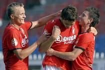Fotbalisté Viktorie Milan Petržela (vpravo) a Petr Trapp (vlevo) blahopřejí Dimitri Tatanashvilimu ke gólu, který vstřelil  Olomouci. Radost však Plzeňanům nevydržela, po nevýrazném výkonu ve druhém poločase podlehli na Hané 1:2 brankou v závěru utkání.