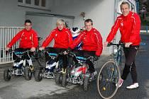 Milan Petržela, František Rajtoral a David Limberský (zleva) odložili kola a přesedlali na čtyřkolky. Svému favoritu  naopak zůstal věrný Daniel Kolář (vpravo)
