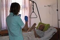 Zdravotní sestra cvičí s pacientem