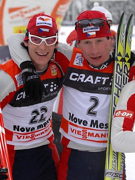 Martin Jakš  (vlevo) se  v cíli jednoho z dílů Tour   objímá s vítězem  série  Lukášem  Bauerem