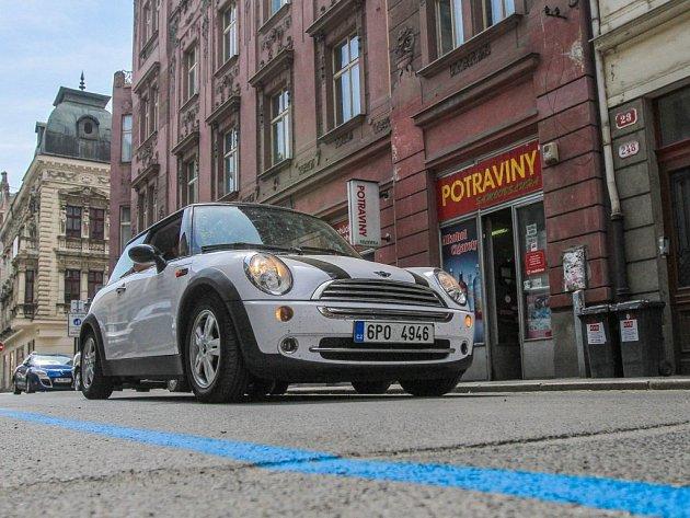 Pro rezidenty je oddělen modrou čarou parkovací prostor v Sedláčkově ulici (na snímku) i v jinde v centru Plzně
