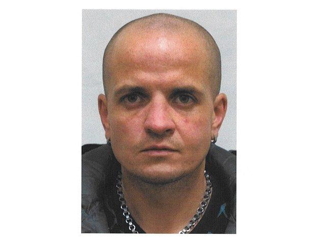 Petr Vlček je podezřelý z přepadení dvou poštovních poboček.