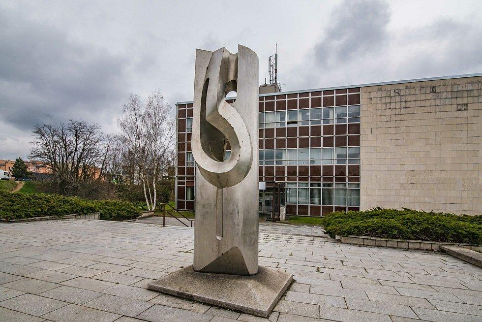 Kovový abstraktní objekt s názvem Amfion (elektroneutrální částice nesoucí kladný i záporný elektrický náboj) Vytvořil v roce 1977 Ivan Tichý.