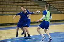 Tomáš Piroch (s míčem) je po brankáři Šimonu Mizerovi druhým nejmladším členem národního týmu, který se v Plzni připravuje na zápasy s Faerskými ostrovy a na lednové mistrovství světa v Egyptě.