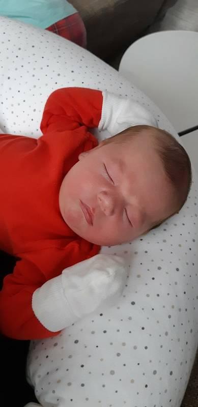 Richard Pešek z Dnešic se narodil v porodnici FN Lochotín 20. února 2021 v 8:15 hodin, vážil rovných 5000 gramů a měřil 54 centimetrů. Pohlaví miminka znali rodiče Marie a Michal dopředu. Doma čekal bratr Sebík, kterému bylo bez týdne 15 let a tříletá ses