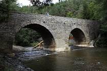 Historický přes 700 let starý most byl dnes v Rabštejně nad Střelou otevřen po tříleté rekonstrukci.