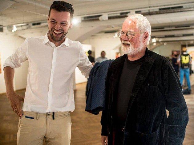 LiStOVáNí s Robertem Fulghumem (vpravo) a Lukášem Hejlíkem je na programu plzeňské Měšťanské besedy 2. listopadu od 20:30 hod.