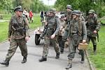 """Příslušníci """" Německé divize Karinholl"""" procházejí po areálu. I oni budili pozornost"""