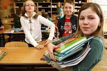 Všechny své učebnice ukazuje na snímku žákyně čtvrté třídy 15. ZŠ v Plzni Kateřina Volková. Ročně škola vydá asi 200 tisíc korun na obnovu učebnic, a proto se zdražení obává