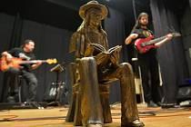 Připomenutí 40. výročí přednášky Ivana Martina Jirouse a koncertu nezávislých hudebníků v Přešticích. Na snímku Jirousova socha