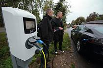 Město Plzeň představilo nabíjecí stanici pro elektromobily u plzeňské zoo.