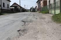 Rozbitá cesta v České Bříze, která stála funkci starostu Pavla Jirku a místostarostu Zdeňka Kužílka