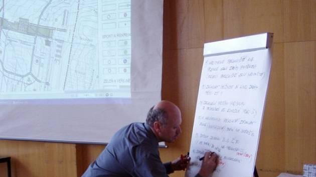 Architekt Oldřich Hysek zapisuje další připomínku občanů, jaké úpravy by si přáli zanést do návrhu urbanistického řešení sídliště Bolevec