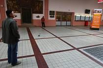 Horní vestibul budovy Hlavního vlakového nádraží zeje prázdnotou. Není tu ani jedna lavička. Cestujícím tak nezbývá než při čekání na vlak sedět venku