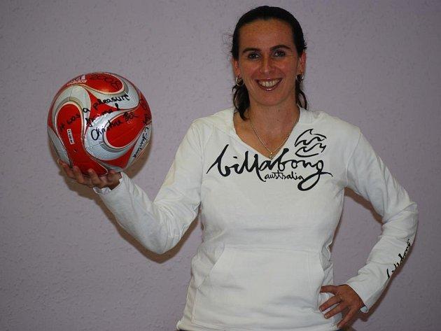 Rozhodčí Dagmar Damková ukazuje míč, se kterým se hrál finálový zápas olympijského fotbalového turnaje žen v Pekingu mezi celky USA a Brazílie