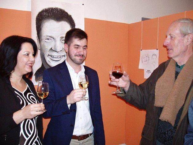 Slavnostní vernisáž výstavy portrétů Tváří v tvář studenta Jana Blažka v Dobřanské galerii.