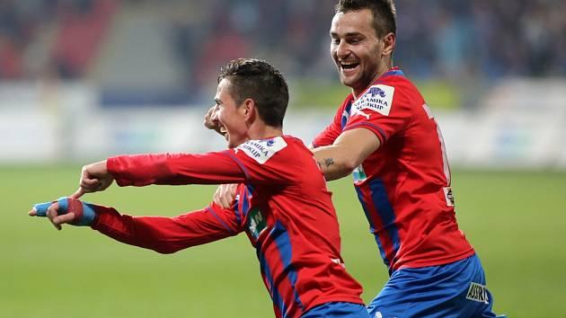 Milan Petržela (vlevo) vstřelil na Julisce proti Dukle třetí gól Viktorie.