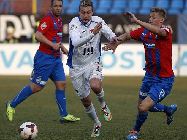 Plzeňský Václav Procházka (vpravo) a domácí David Škutka bojují o míč v nedělním utkání Gambrinus ligy.