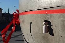 Skulptura před Novým divadlem v Plzni má od víkendu novou výzdobu.