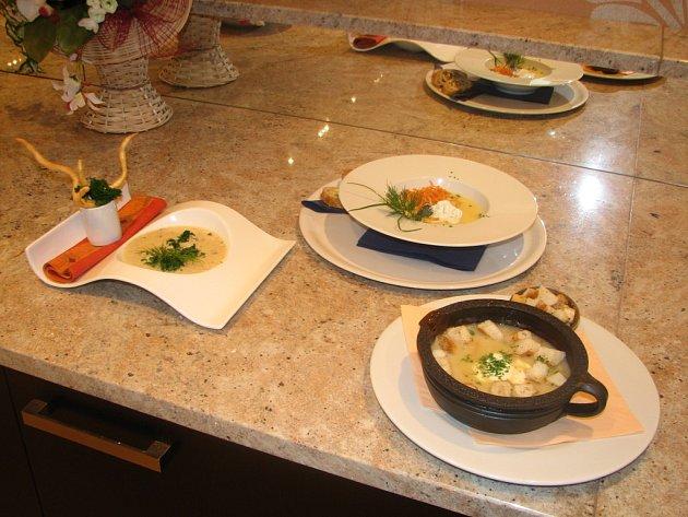 Vzorky č. 5, 6 a 7 v dnešní soutěži o nejlepší rybí polévku v Plzni. Nejen chuť dělá dobrý pokrm. Hodnotí se i vzhled.