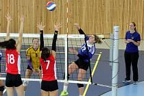 Kadetky lídra extraligy Olympu Praha byly nad síly hráček týmu Volejbal Plzeň. Na snímku smečuje přes dvojblok soupeřek plzeňská Denisa Mentlová (vpravo), její akci sleduje spoluhráčka Veronika Virtová (ve žlutém).
