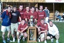 Fotbalisté FC Kralovice (na snímku) se mohli po výhře na XIII. Mrtník cupu radovat z poháru i řady cen