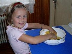Monča připravuje bramborové knedlíky k nedělnímu obědu