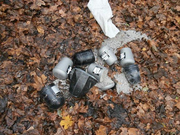 Městská policie našla nedaleko Vejprnického potoka osm uren s ostatky