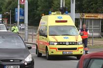 Sanitka srazila u tramvajové zastávky Pod Záhorskem ženu